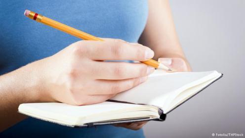 Bawa Buku Coretan. Seorang Leonardo Da Vinci selalu memiliki buku catatan atau coretan. Ia menggunakannya untuk menulis ide-idenya, menggambar sketsa, dan pertanyaan-pertanyaan yang belum ada jawabannya. Dengan selalu mengantongi buku kecil untuk mencatat, Anda bisa melatih rasa keingintahuan dan pemikiran secara logis.