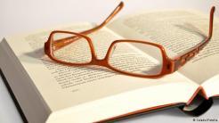Baca Sinopsis Buku Saat Sarapan. Membaca buku adalah aktivitas otak yang ideal. Tetapi saat sarapan, lebih cocok untuk membaca sesuatu yang lebih pendek. Jangan membaca koran, karena efeknya tidak besar untuk kecerdasan Anda. Lebih baik membaca sinopsis buku-buku yang masuk dalam daftar bestseller.