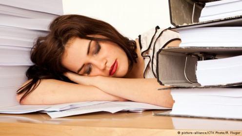 Tidur Siang. Tidur siang bisa menyegarkan kembali otak Anda. Hasil studi menunjukkan, tidur siang saat mempelajari sesuatu yang baru bisa mempercepat proses belajar. Rata-rata orang merasa mengantuk antara pukul 12 siang hingga 4 sore. Ini waktu yang sempurna untuk tidur siang. Setelahnya, Anda akan lebih fokus dan produktif hingga hari kerja usai.