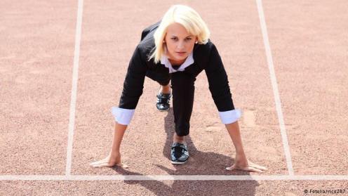 Olahraga Ringan di Kantor. Otak dan tubuh memiliki hubungan erat. Kegiatan fisik membantu otak berfungsi dengan lebih baik. Anda tidak harus ke gym setiap hari. Cukup dengan berjalan atau melompati beberapa anak tangga bisa memiliki efek yang positif. Upayakan bergerak setiap jam. Seperti misalnya merenggangkan otot selama 5-10 detik.